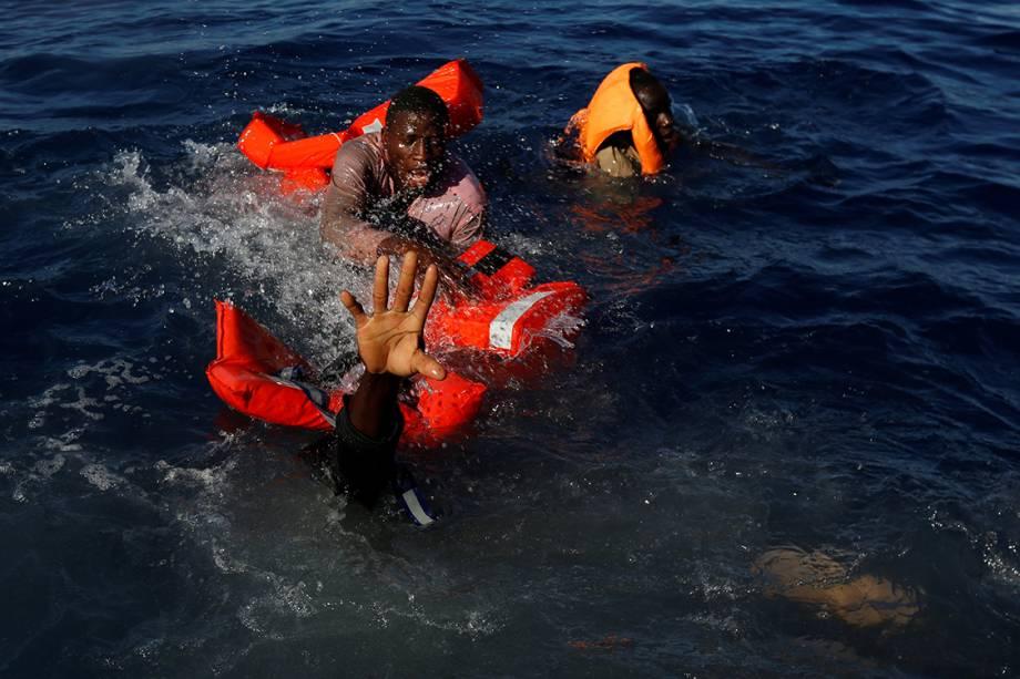Refugiados são resgatados durante operação na costa da Líbia - 14/04/2017
