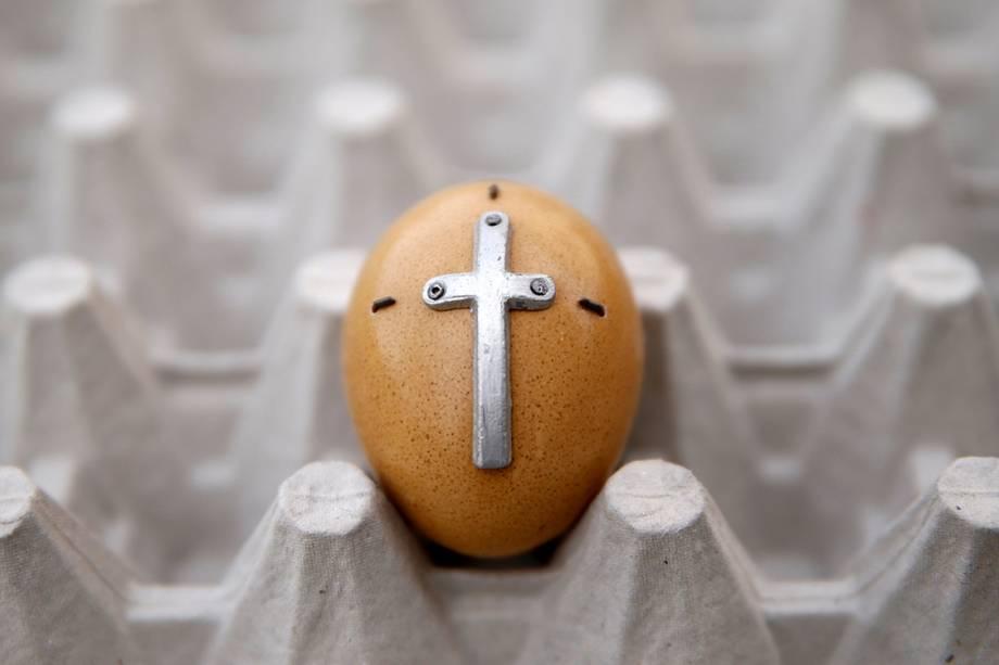 Artista decora ovos com imagens cristãs para comemorar a sexta-feira Santa, em Kresevo, na Bósnia-Herzegovina - 14/04/2017