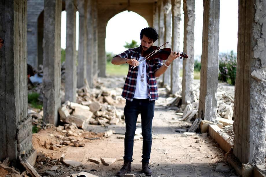 O violinista Ameen Mukdad tocando em Mosul, Iraque, onde viveu por dois anos e meio sob o regime do ISIS que quebrava seus instrumentos musicais - 19/04/2017