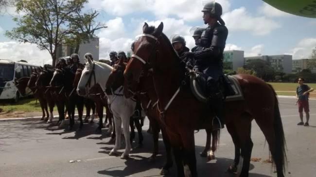 Greve geral em Brasília: cavalaria da Polícia Militar monta cordão de isolamento
