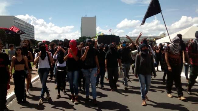 Greve geral em Brasília: grupo de 50 jovens encapuzados chega ao protesto