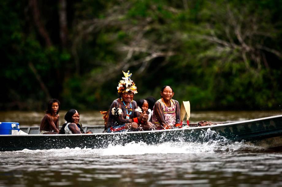 Indígenas andam de barco durante a Semana dos Povos Indígenas, evento que acontece em São Félix do Xingu, no Pará, durante a semana do Dia do Índio. O evento busca promover a cultura das tribos, debates sobre políticas públicas e ações de cidadania e saúde