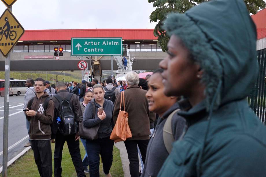 Na área externa do terminal Itaquera em São Paulo, muitos passageiros recorrem a ônibus de cooperativas e vans clandestinas para tentar chegar ao seu destino - 28/04/2017