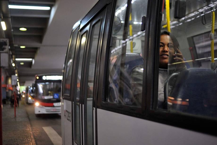 No terminal de ônibus de Itaquera, zona leste da capital paulista, a alternativa são vans de cooperativas - 28/04/2017