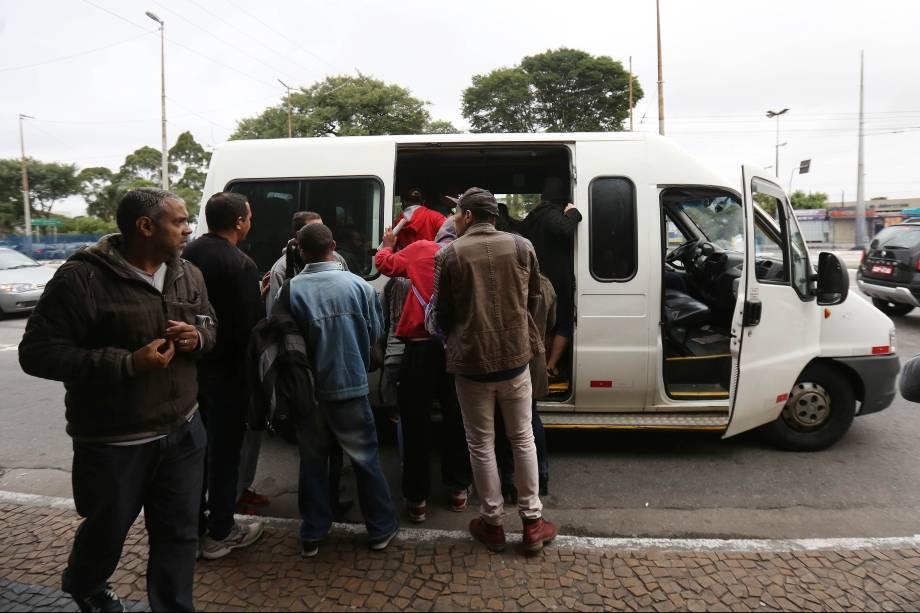 Vans clandestinas cobram até cinco reais para transportar passageiros ao metrô Paraíso na saída do terminal Jabaquara na zona sul de São Paulo - 28/04/2017