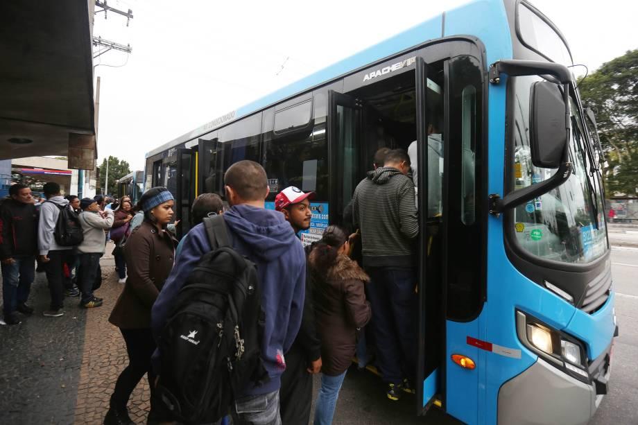 Ônibus e vans de cooperativas ficam lotados de passageiros durante greve geral na saída do terminal de ônibus do Jabaquara, na zona sul de São Paulo - 28/04/2017