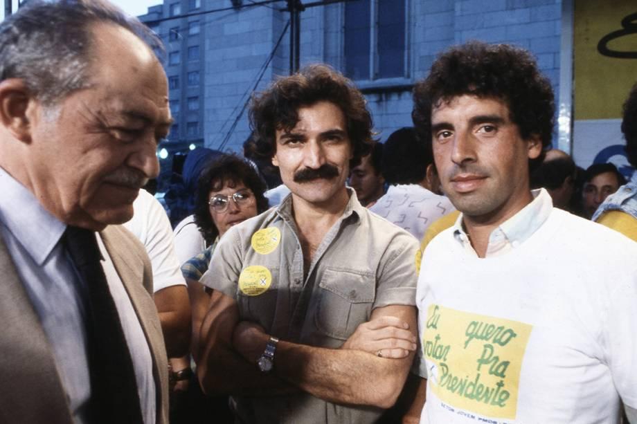 Miguel Arraes, Belchior e José Fogaça, do PMDB-RS, no comício pelas Diretas Já, na Praça da Sé, em 1984