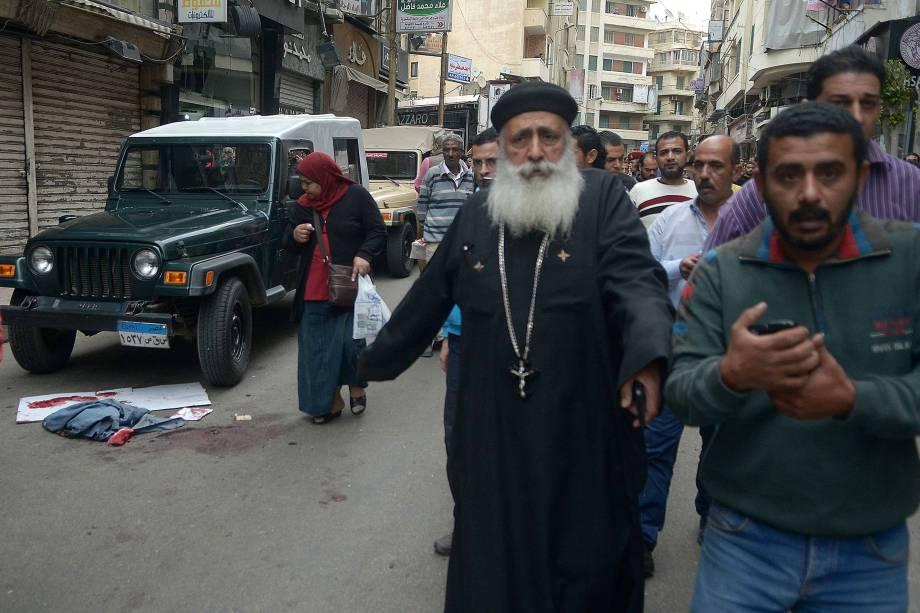 Manchas de sangue são vistas em uma rua perto de uma igreja em Alexandria depois que a explosão de uma bomba atingiu fiéis que se reuniam para celebrar o Domingo de Ramos - 09/04/2017