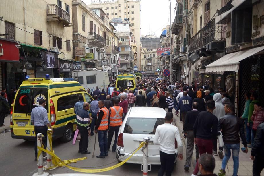 Equipes de resgate trabalham nos arredores de uma igreja em Alexandria depois que a explosão de uma bomba atingiu fiéis que se reuniam para celebrar o Domingo de Ramos - 09/04/2017