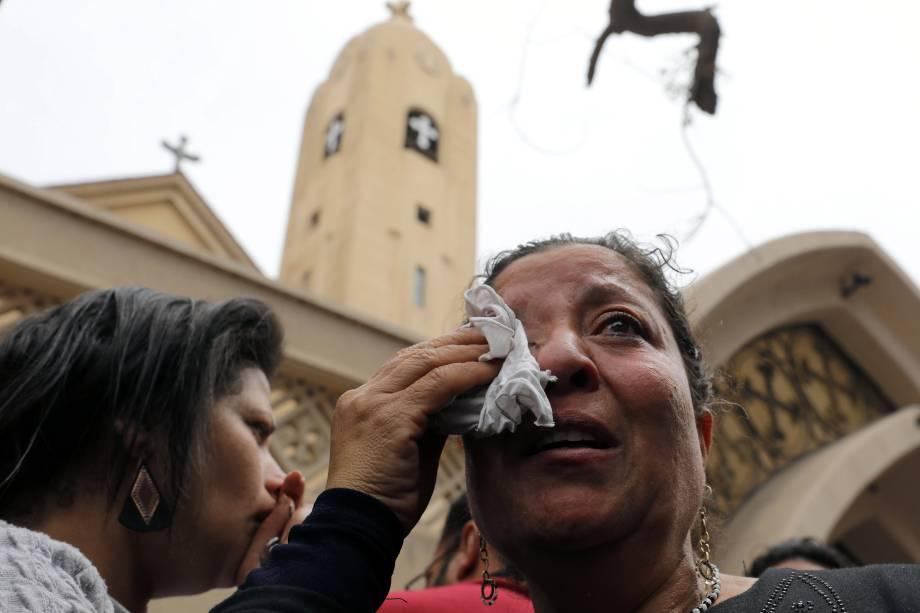 Parente de uma das vítimas reage após a explosão de uma bomba em uma igreja durante a celebração do Domingo de Ramos em Tanta, no Egito - 09/04/2017
