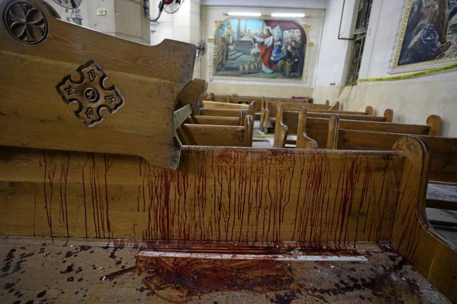 Marcas de sangue são vistas sobre os bancos da igreja copta Mar Girgis, na cidade de Tanta, ao norte do Cairo, no Egito após um atentado a bomba que atingiu fiéis que celebravam o Domingo de Ramos no local - 09/04/2017