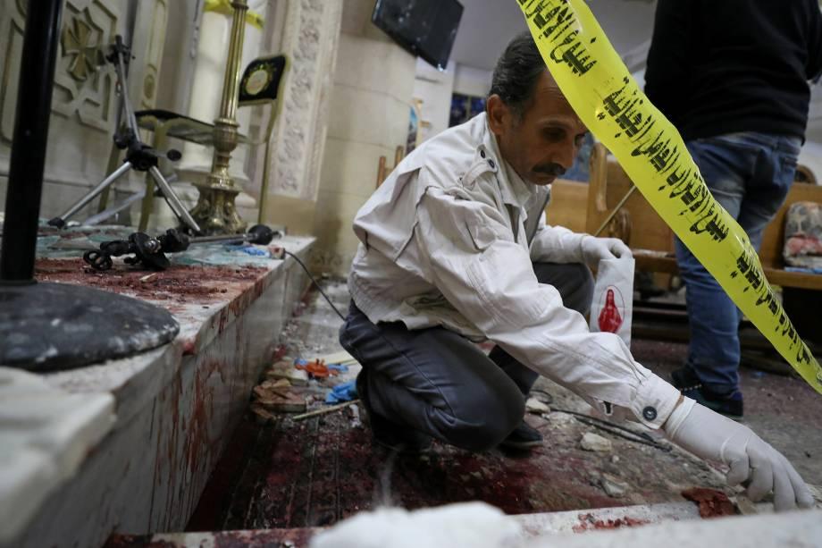 Equipe forense inspeciona o local de uma explosão ocorrida em uma igreja copta durante celebração do Domingo de Ramos, em Tanta, no Egito - 09/04/2017