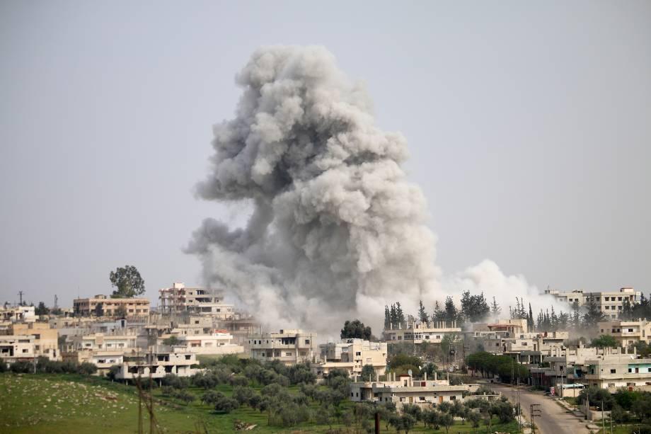 Nuvem de fumaça é vista após um ataque aéreo em uma área controlada por rebeldes na cidade de Deraa, na Síria - 08/04/2017