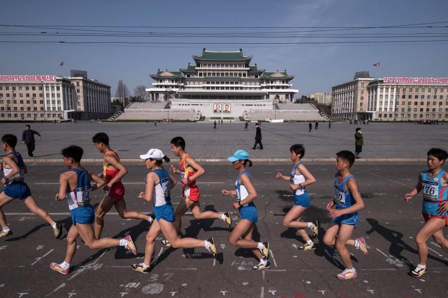 Competidores atravessam a praça Kim Il-Sung durante a maratona de Pyongyang, na Coreia do Norte - 09/04/2017