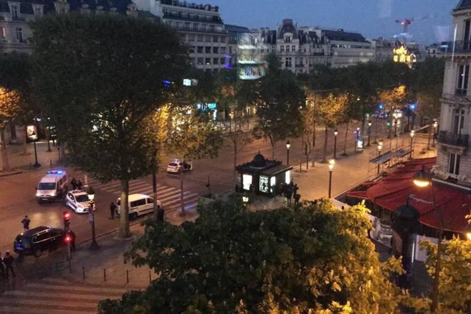 Avenida Champs-Élysées é fechada após incidente com tiros em Paris, na França