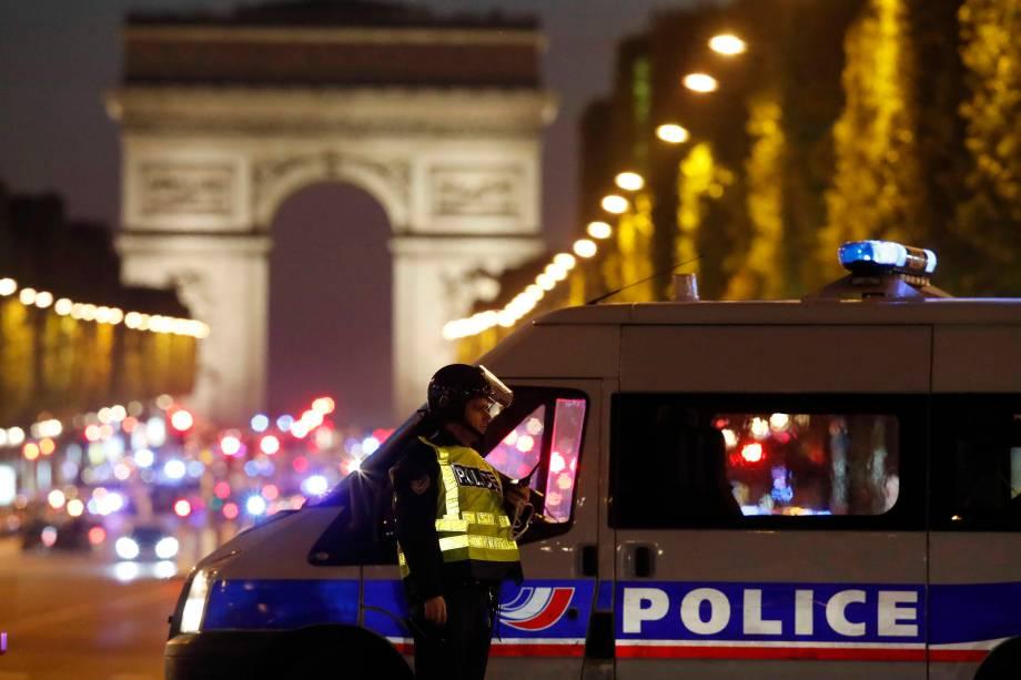 Polícia realiza operação de segurança na Avenida Champs Élysee depois de um policial ser morto e outro ferido por um atirador em Paris, na França - 20/04/2017