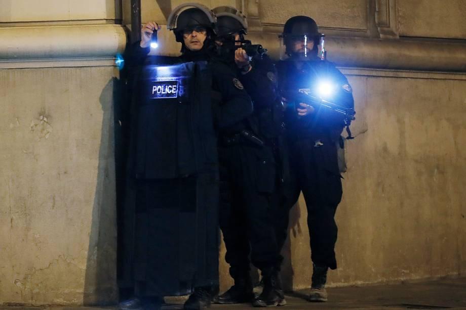 Policiais bloqueiam o acesso de uma rua perto da Champs Élysees após um policial ser morto e outro ferido em um tiroteio na principal avenida de Paris - 20/04/2017