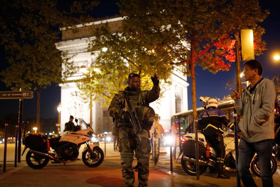 Soldado armado nos arredores da Champs Élysees após um policial ser morto e outro dois ficarem feridos em um tiroteio no centro de Paris, na França - 20/04/2017