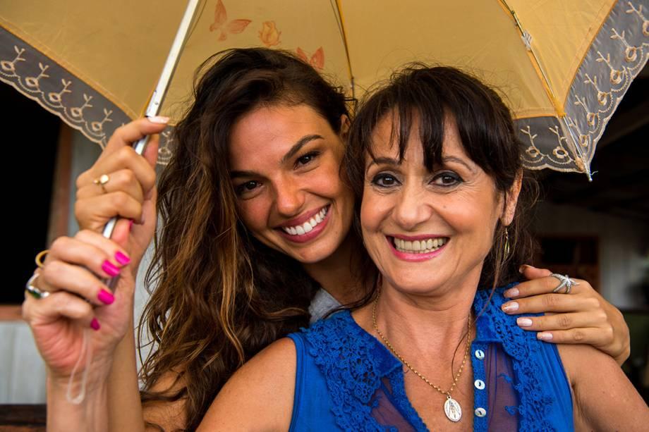 Ritinha (Isis Valverde) e Edinalva (Zezé Polessa), contracenando na novela A Força do Querer