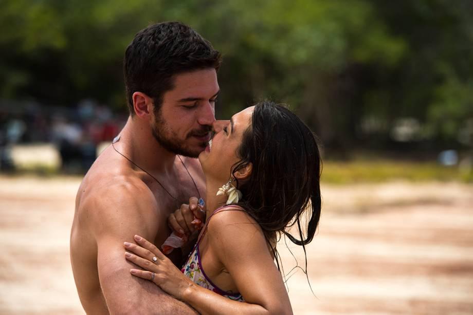 Casal Zeca (Marco Pigossi) e  Ritinha (Isis Valverde), em cenas da novela A Força do Querer