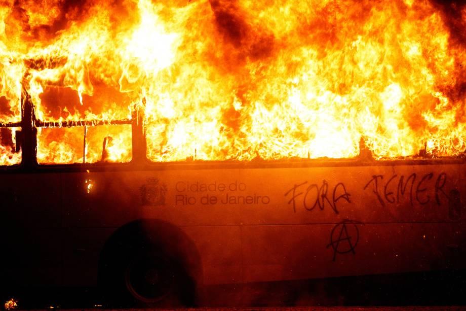 Ônibus são queimados durante os protestos no Rio de Janeiro contra as reformas da previdência e trabalhista do governo Michel Temer - 28/04/2017