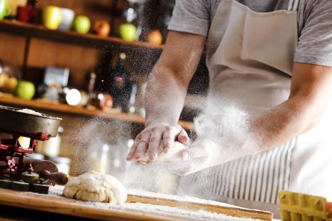 Padeiro trabalha massa de pão