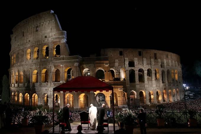 Papa durante a procrissão da Via Sacra no Coliseu, em Roma