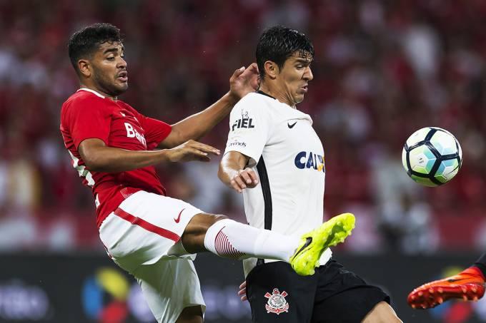 Disputa de bola na partida entre Internacional e Corinthians, válido pela quarta fase da Copa do Brasil