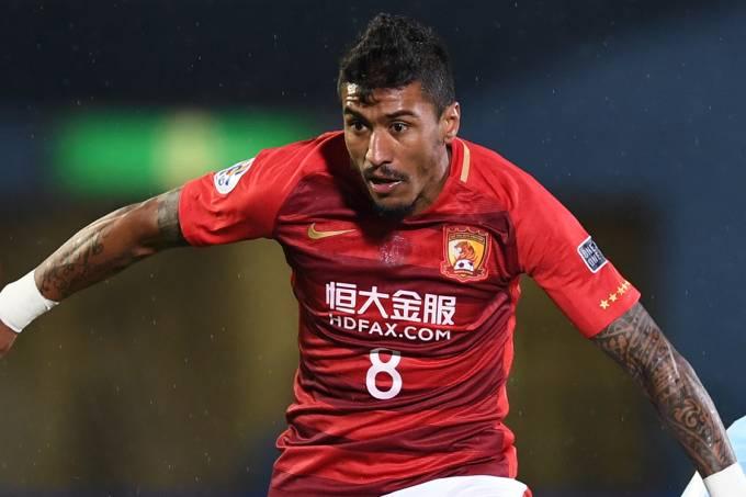 Paulinho jogando pelo Guangzhou Evergrande