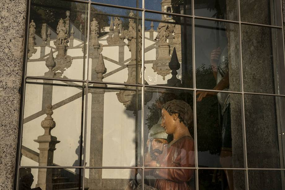 A escadaria do Santuário de Bom Jesus do Monte é refletida em vidro da igreja