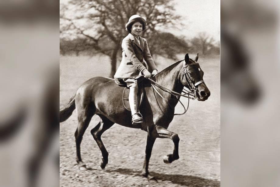 Princesa Elizabeth monta seu pônei no Windsor Grand Park, os anos 30