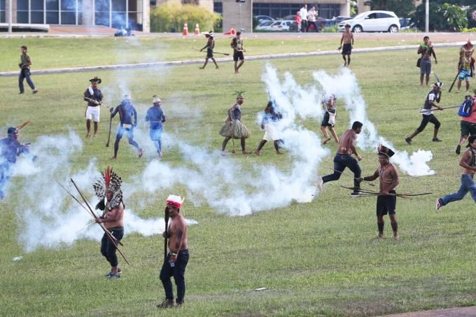 Polícia atira bombas de gás lacrimogênio durante manifestação de indígenas na Esplanada dos Ministérios