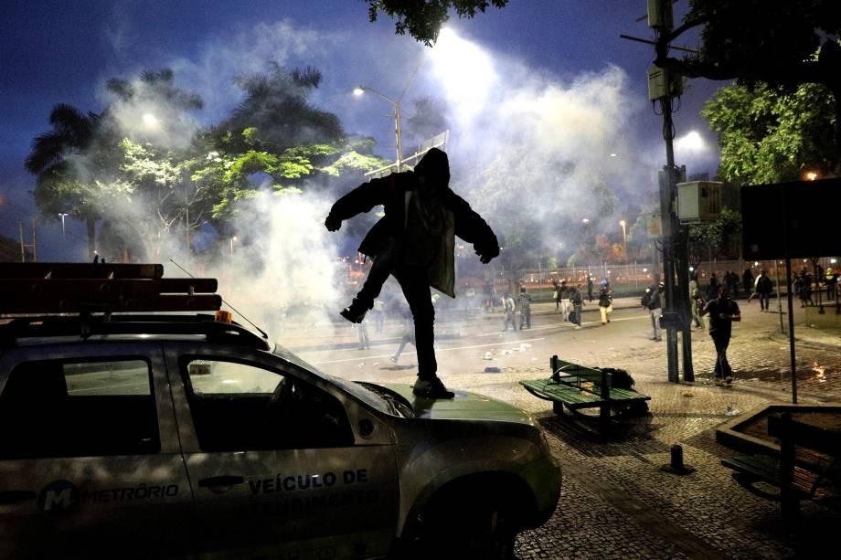 Manifestante vandaliza um carro durante protestos no Rio de Janeiro contra as reformas da previdência e trabalhista do governo Michel Temer - 28/04/2017