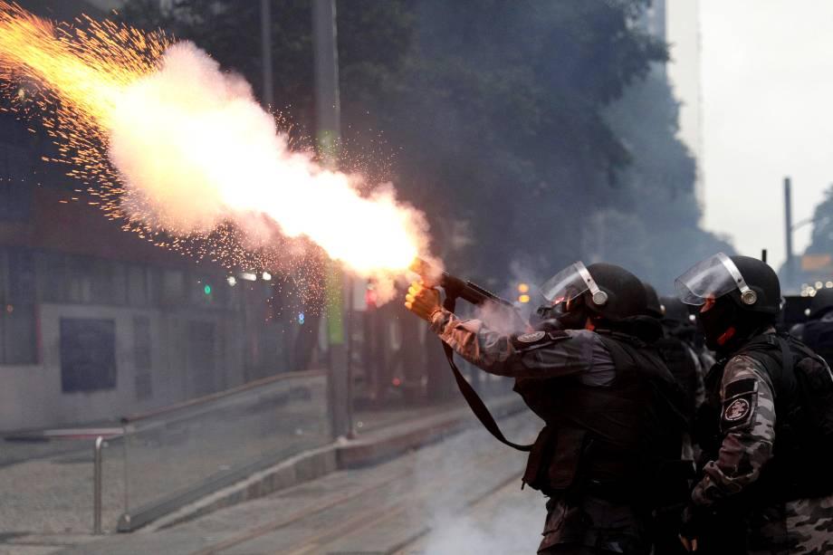 Tropa de Choque atira gás lacrimogêneo em manifestantes durante protesto no Rio de Janeiro contra as reformas trabalhistas e da previdência do governo Michel Temer - 28/04/2017