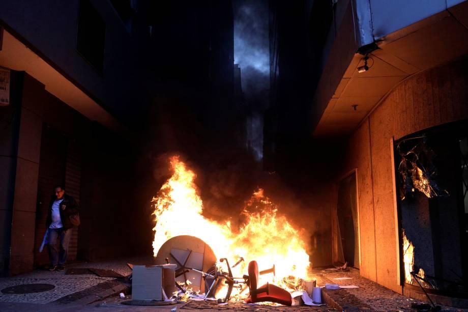 Manifestantes põem fogo em móveis durante protesto no Rio de Janeiro contra as reformas trabalhistas e da previdência do governo Michel Temer - 28/04/2017