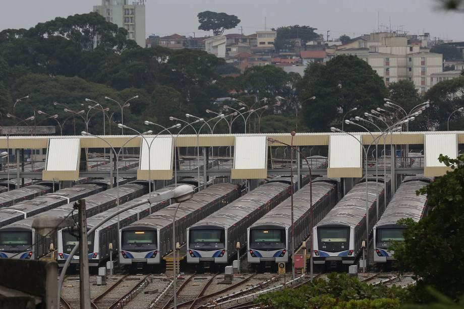 Trens do metrô ficam no pátio na estação terminal Jabaquara, zona sul de São Paulo - 28/04/2017