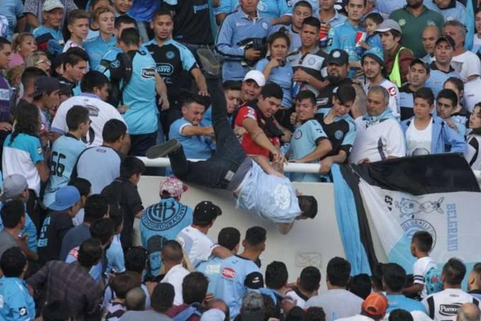Torcedor é arremessado de arquibancada na Argentina