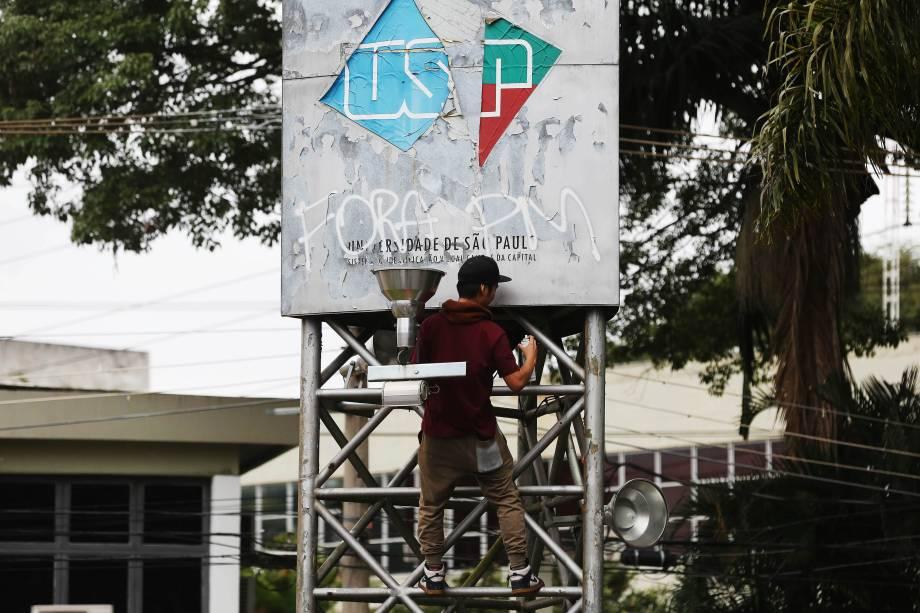 Estudantes fazem ato na Cidade Universitária (USP) durante dia de manifestações contrárias às reformas propostas pelo governo Michel Temer - 28/04/2017