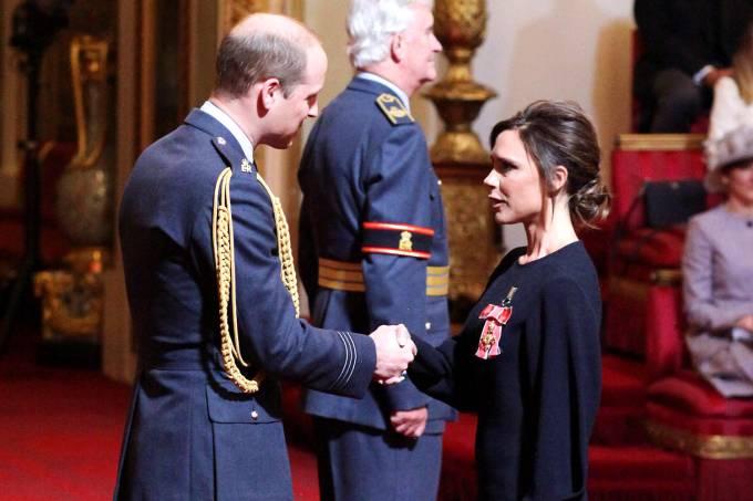 Victoria Beckham é condecorada em Londres