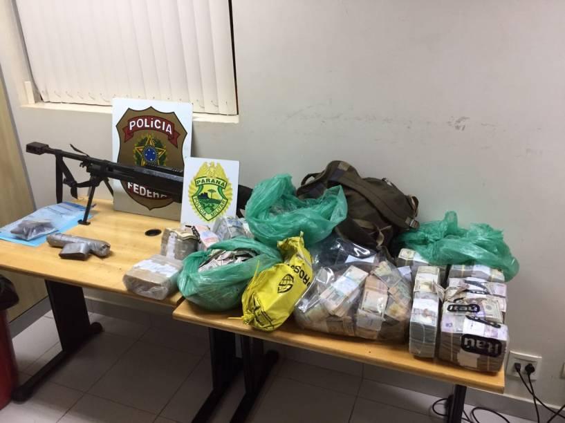 Fuzil .50, explosivo e dólares apreendidos com quadrilha que assaltou seguradora em Ciudad del Este