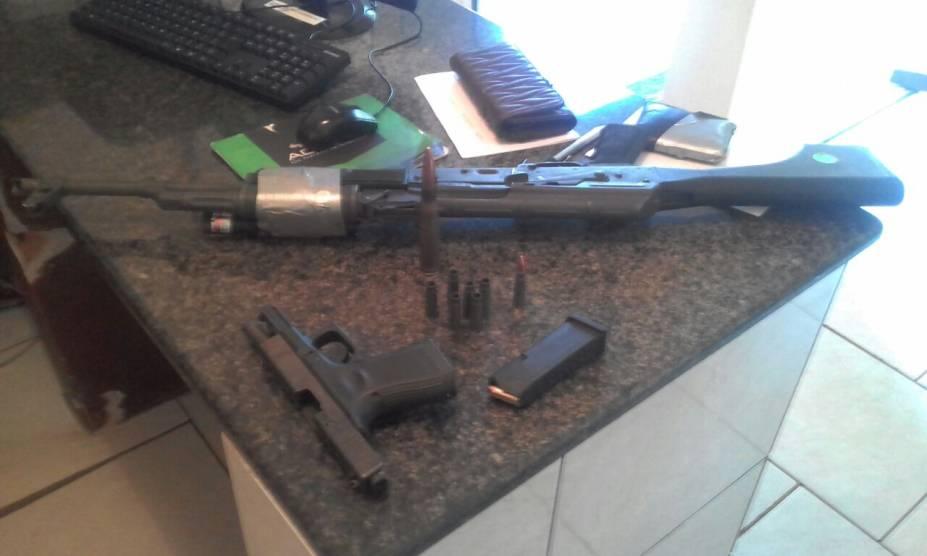 Fuzil e pistola apreendidos após assalto no Paraguai, em Ciudad del Este