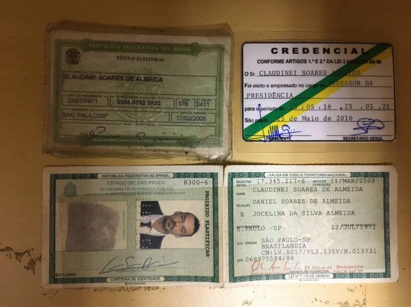 Documentos de Claudinei Soares de Almeida, suspeito de assalto no Paraguai morto em confronto com policiais
