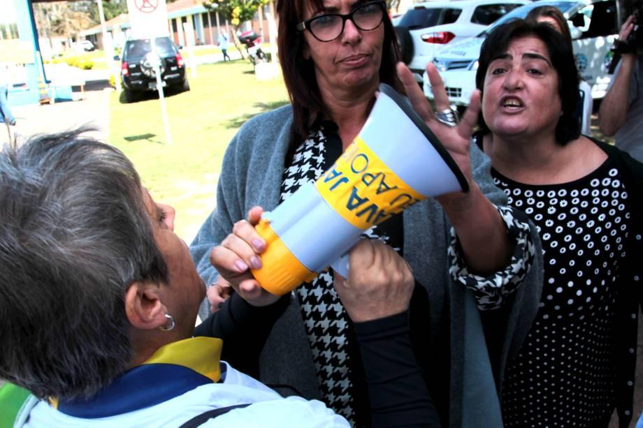 Manifestantes pró e contra José Dirceu discutem em frente ao complexo médico penal em Curitiba - 03/05/2017
