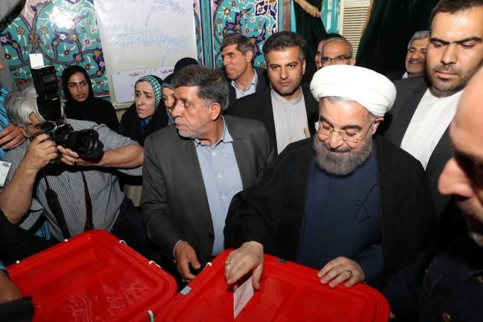 Presidente do Irã, Hassan Rouhani, vota durante eleição em Teerã