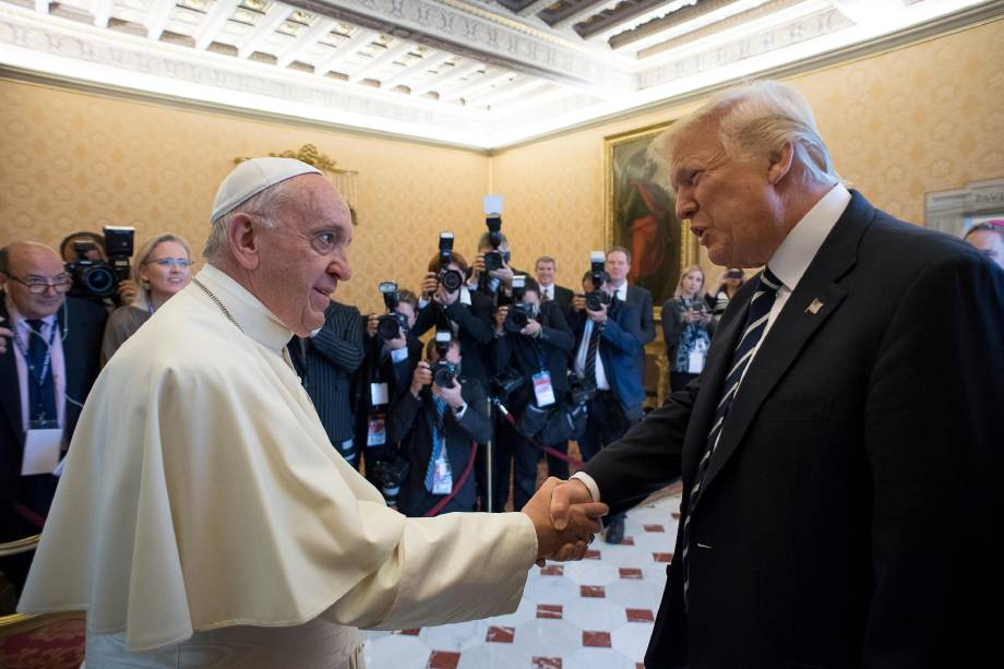 O presidente dos Estados Unidos, Donald Trump, e o papa Francisco se cumprimentam durante encontro no Vaticano - 24/05/2017
