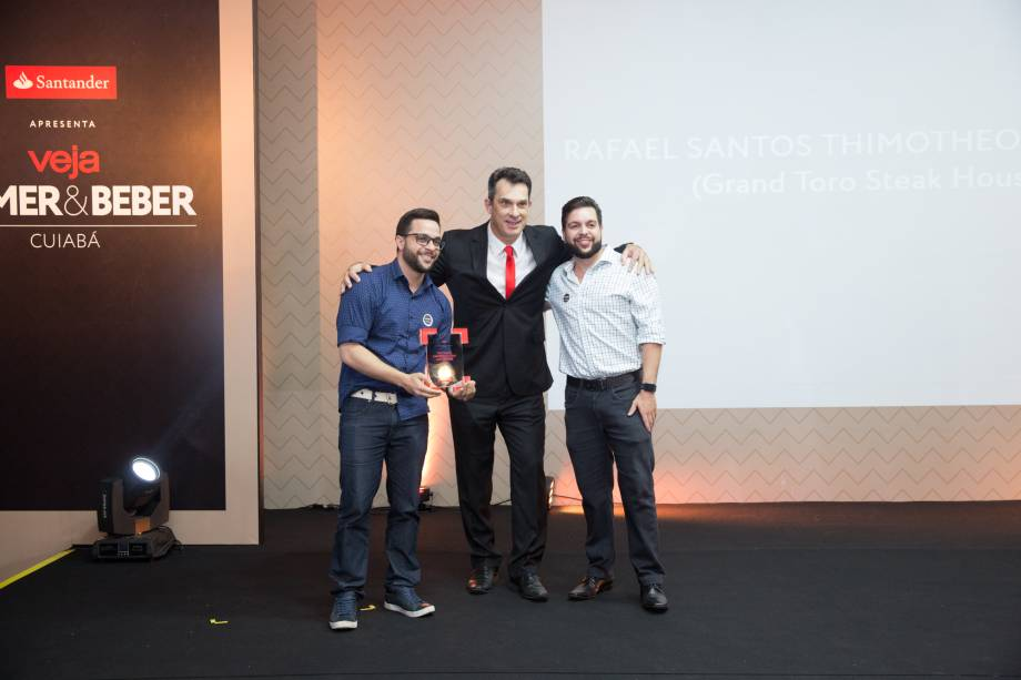 Delcio Bianchini Quadros, do Santander, entrega prêmio de empreendedor para Rafael Santos Timotheo da Costa, do Grand Toro Steakhouse