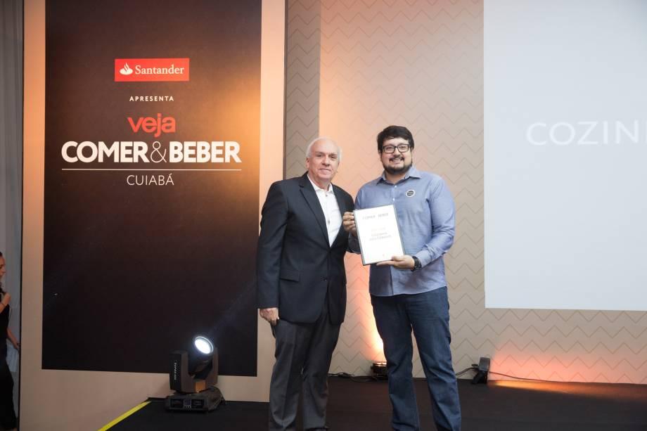 Vagner Giglio, diretor da CASACOR, com Marcio Augusto Pratício: prêmio de melhor hambúrguer para o Cozinha dos Fundos