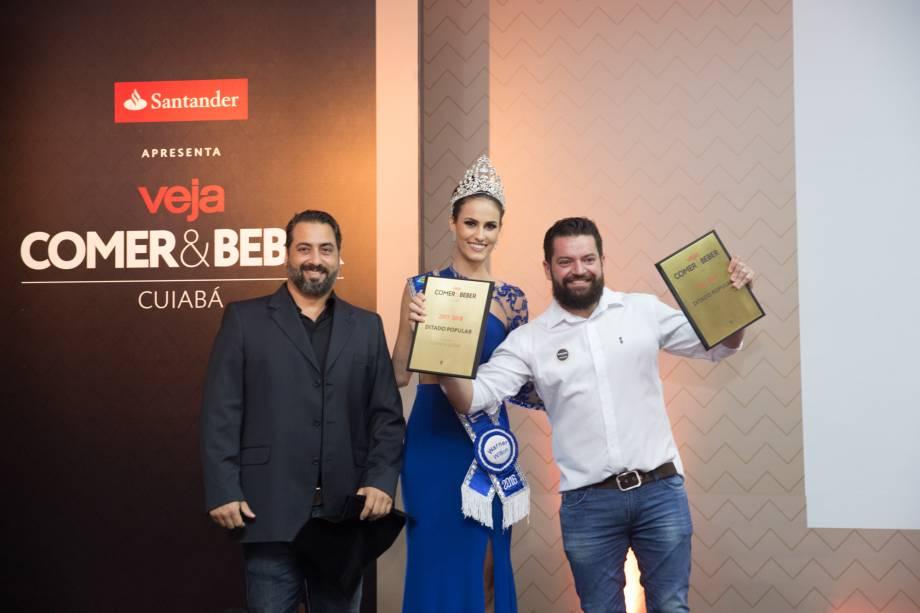 A miss Mato Grosso Taiany Zimpel, eKadu Meoli e Sergio Maciel Couto, do Ditado Popular: bar venceu duplamente