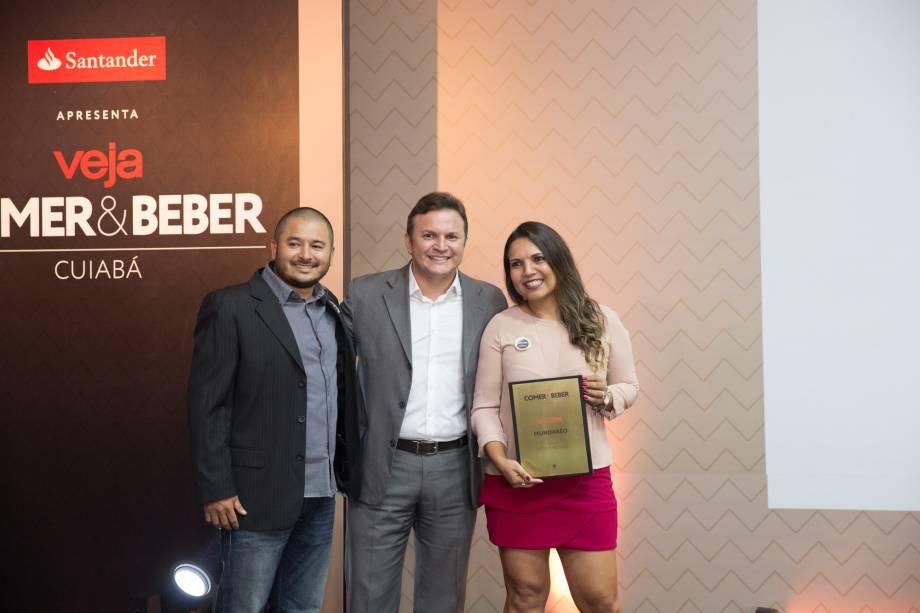 <span>O maestro Fabrício Carvalho: ele entregou o prêmio de melhor música ao vivo para Adston Junior e Leidiane Garcia Arantes, do Mundaréo</span>