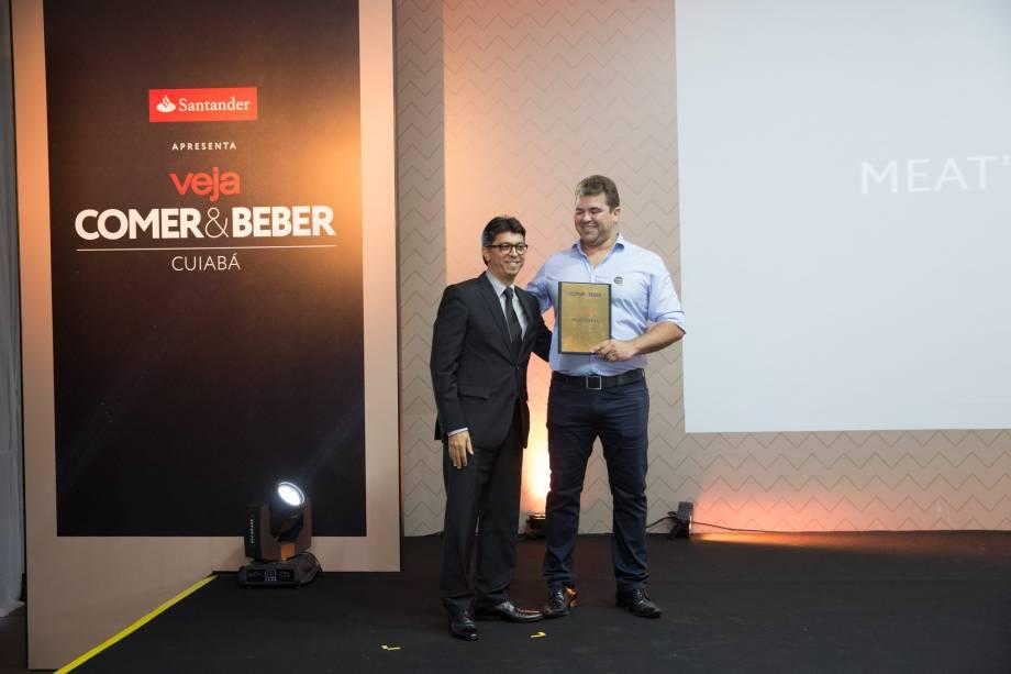 <span>Wilson de Paula Silveira Junior, superintendente do Santander, entrega o prêmio a Marcelo Matos, do Meat's Grill</span>